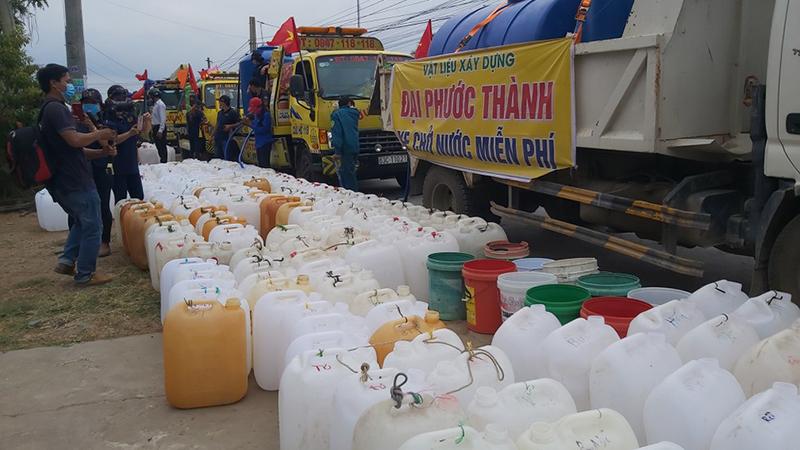 Hạn mặn miền Tây: Xe cứu hộ vượt 70km chở hàng ngàn lít nước ngọt cho bà con