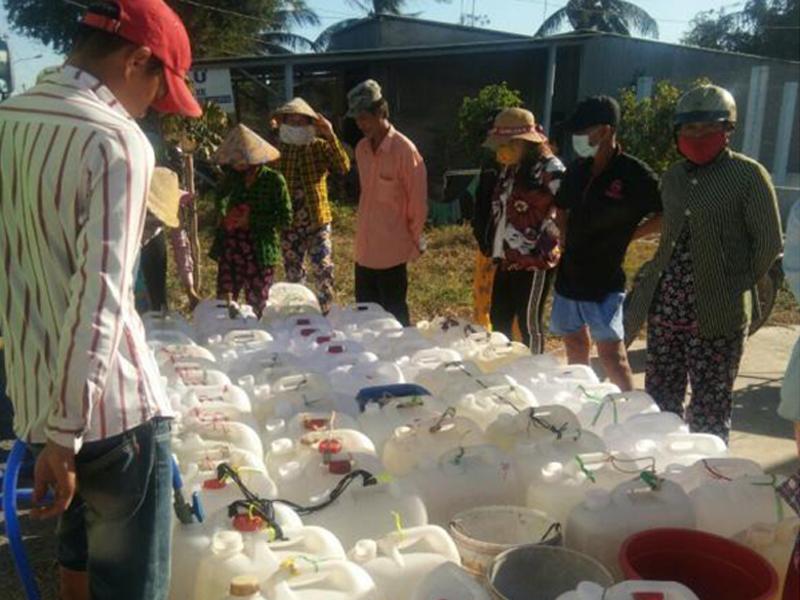 Tiền Giang: Công ty Đại Phước Thành chở nước ngọt giúp người dân trong mùa khô hạn